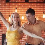 Tanzpaaar tanzt in der Tanzschule Bern Bachata, die Frau macht eine Tanzfigur