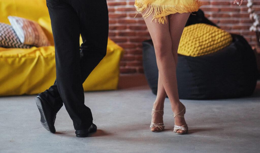 Zwei Tanzschüler tanzen Bachata für Anfänger in der Tanzschule Bern Interlaken, Blick auf die Tanzschuhe des Tanzpaares
