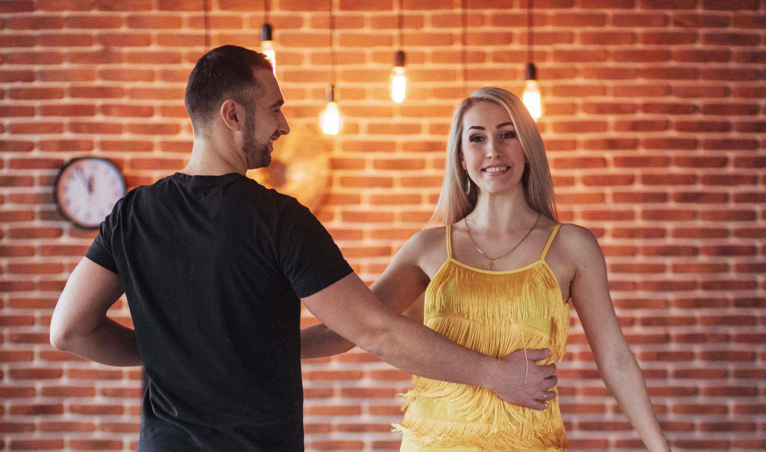 Tanzpaar tanzt Salsa in der Tanzschule von Leon Dance Art in Interlaken, Bern