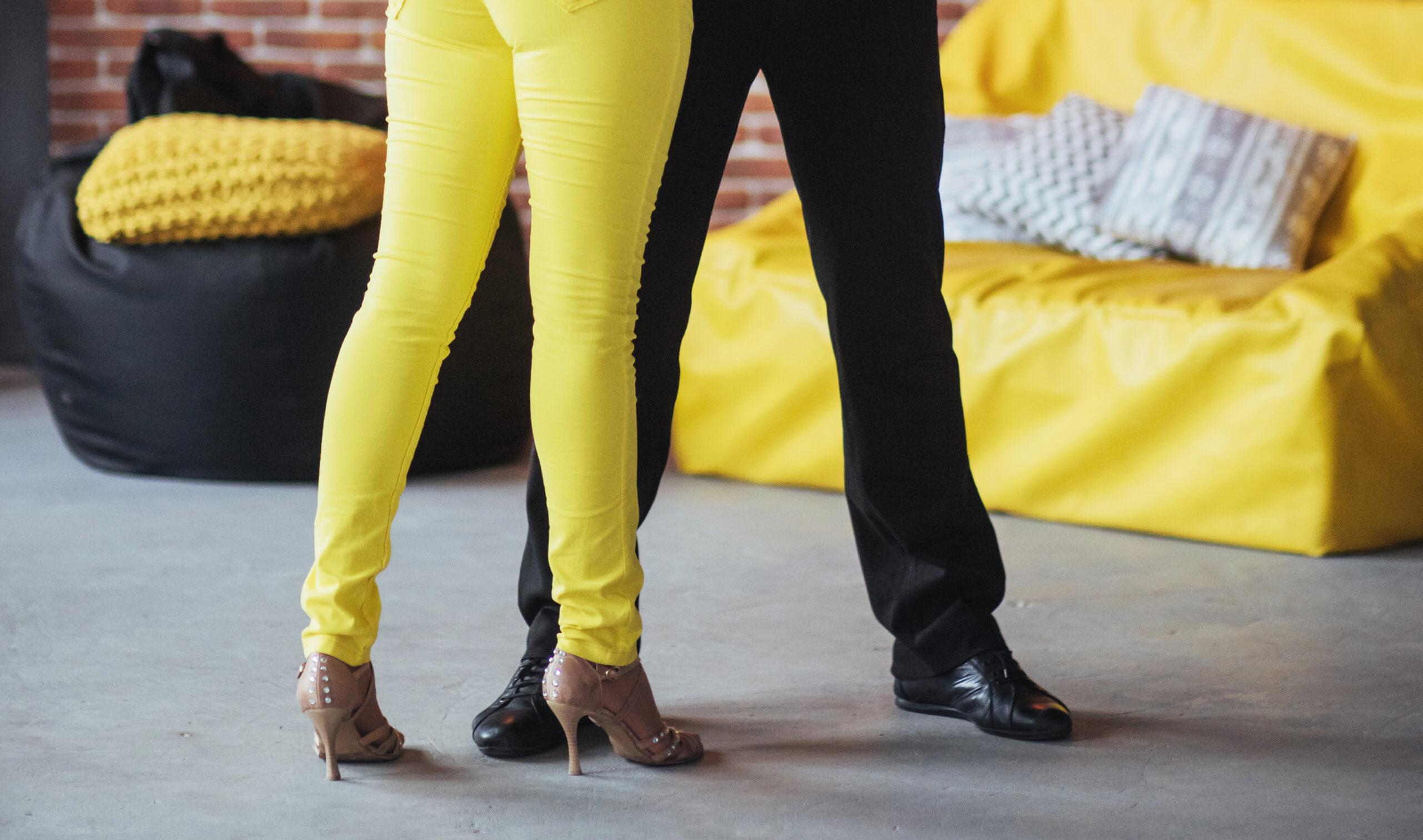 Tanzpaar tanzt Rueda de Casino im Tanzkurs für Anfänger in der Tanzschule in interlraken, Blick auf die Tanzschuhe der Tanzpartner