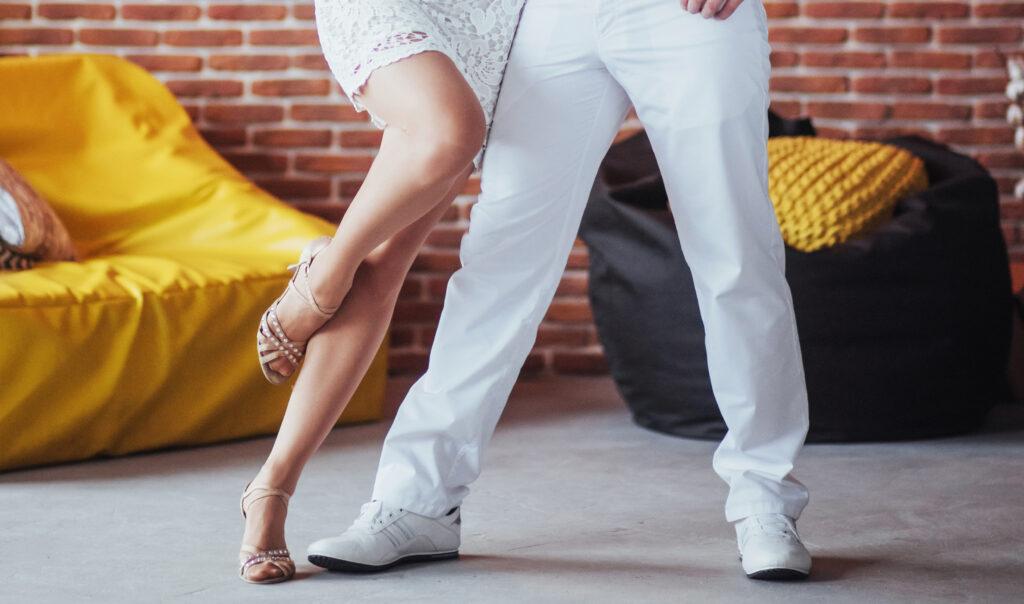 Tanzpartner sind Anfänger und tanzen Bachata in der Tanzschule in Steffisburg, Blick auf die Tanzsschuhe des Paares