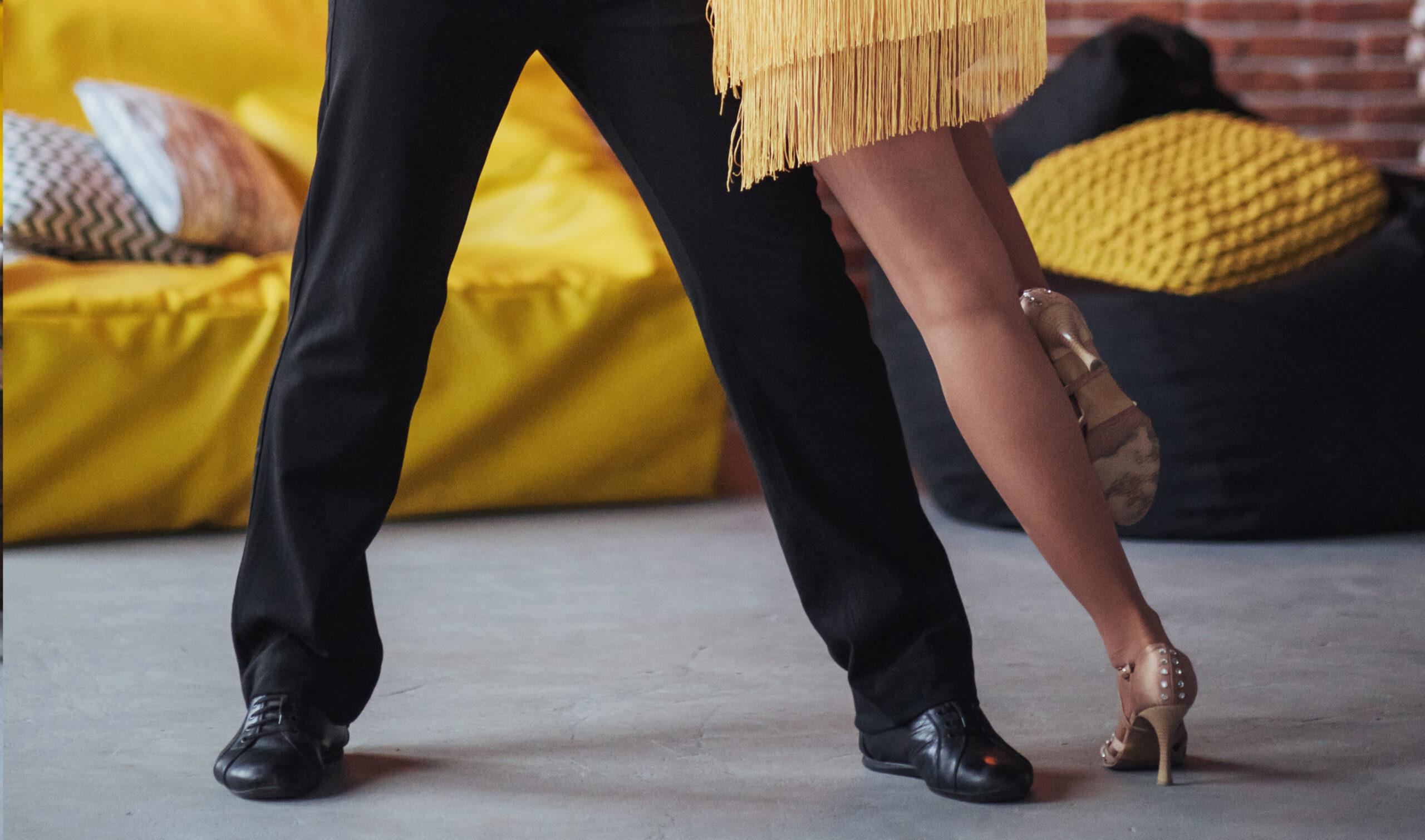 Tanzpaar tanzt Latin Movement in der Tanzschule Kirchberg, Blick auf die Tanzschuhe des Paars