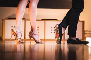 Tanzschuhe Gold und Schwarz von Tanzpaar in der Tanzschule