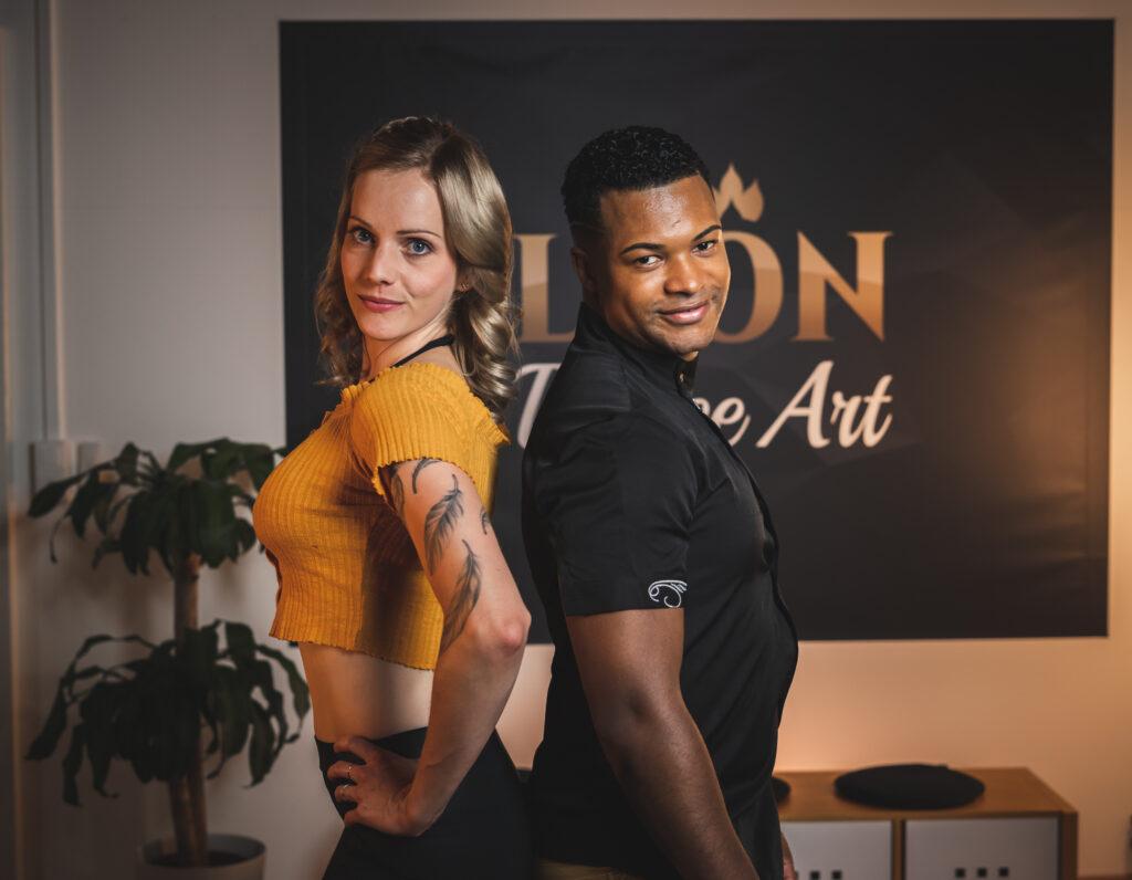 Tanzpaar in Pose Rücken an Rücken für die Vorstellung der Workshops