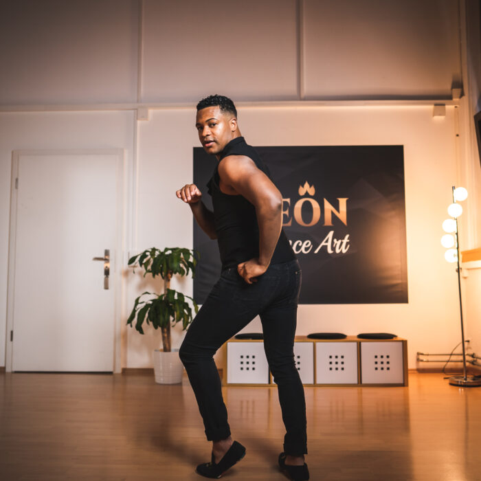 Tanzlehrer David zeigt Salsa Pose in der Tanzschule