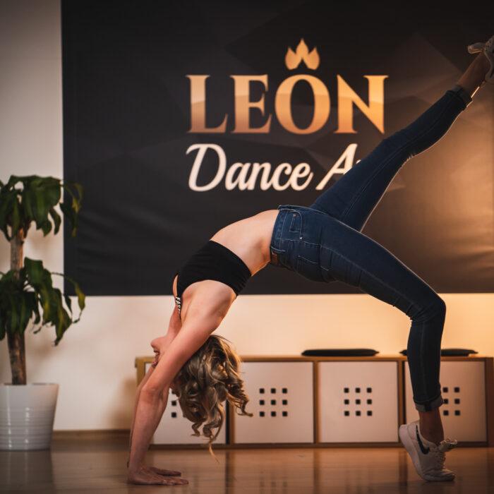 Frau tanzt Latin Movement Tanzfigur in der Tanzschule