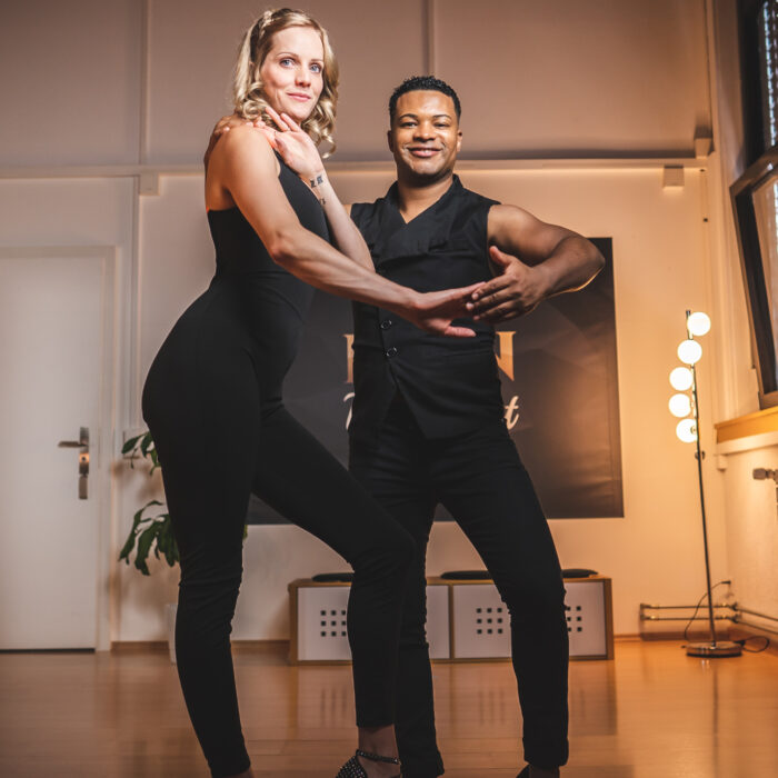 Tanzpaar in Pose in einem Salsa intermediate Kurs in der Tanzschule2