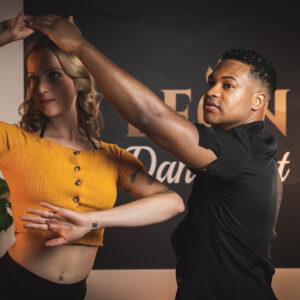 Tanzpaar in Salsapose in der Stunde für Salsa Paartanz in der Tanzschule2